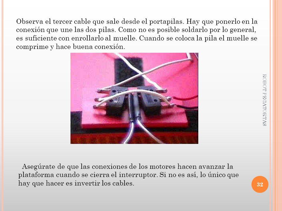 Observa el tercer cable que sale desde el portapilas. Hay que ponerlo en la conexión que une las dos pilas. Como no es posible soldarlo por lo general