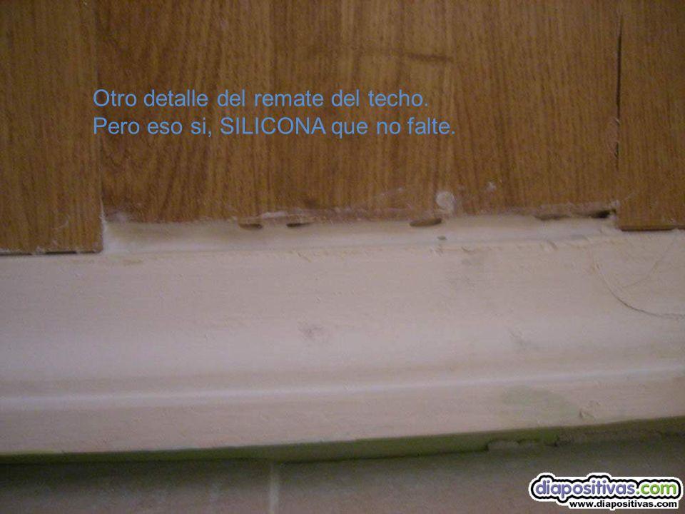 El parquet colocado en el techo, bien rematado. Y la moldura de escayola descascarillada.
