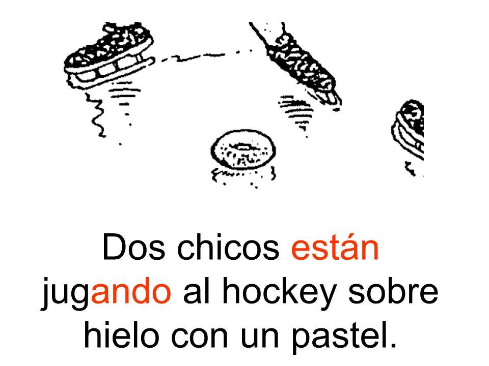Dos chicos están jugando al hockey sobre hielo con un pastel.