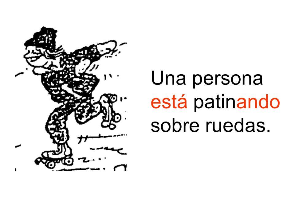 Una persona está patinando sobre ruedas.