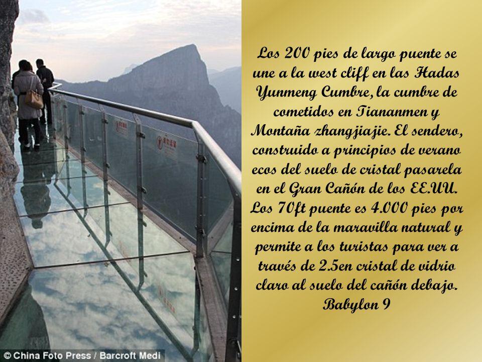 Deslumbrante: un vaso camino suspendido sobre un acantilado se ha construido en la ladera de la Montaña cometidos en Tiananmen en Zhangjiajie, Hunan, China