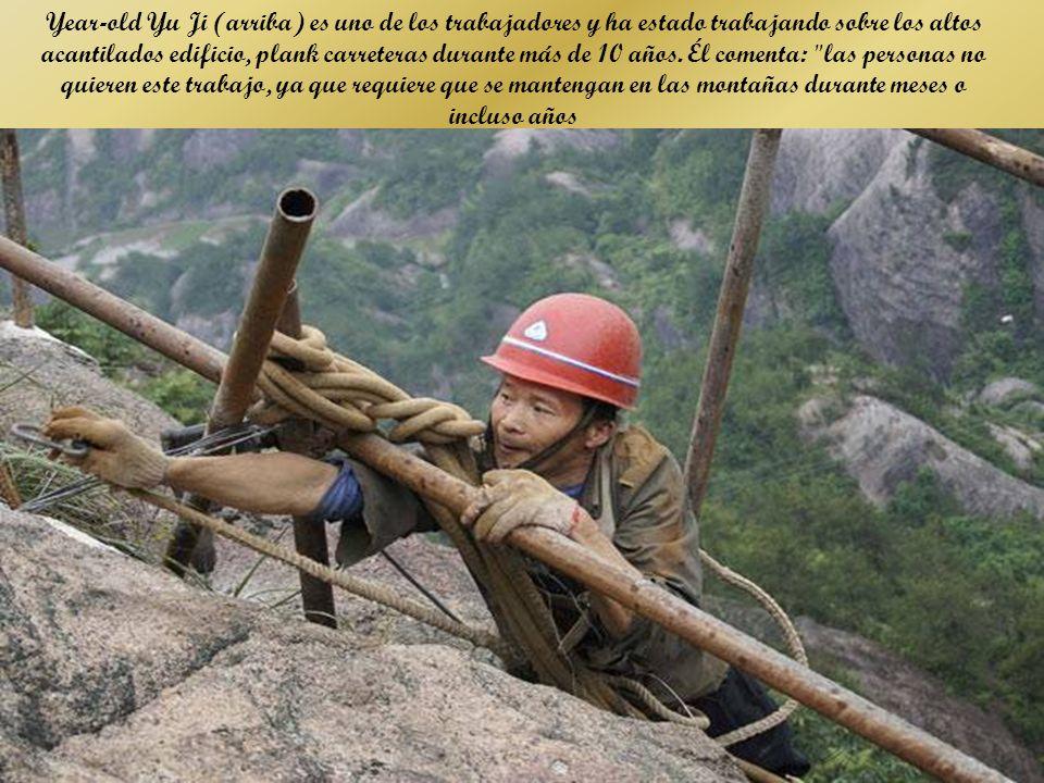 Miles de metros de altura el vertiginoso Shifou laderas de montaña en la provincia de Hunan, China, un equipo de trabajadores, funciona con prácticamente ninguna medida de seguridad, están construyendo un sendero