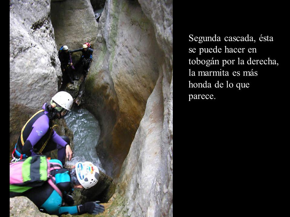 Tercera cascada, bajo la pasarela, se salta sin problemas, los más prudentes optan por el rápel.