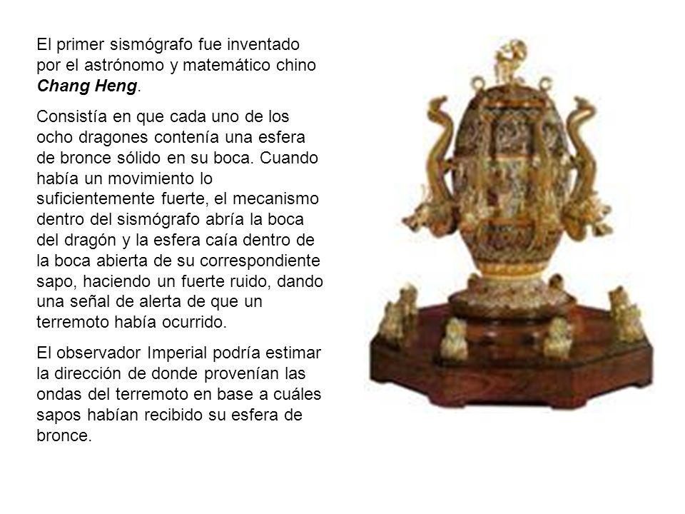 El primer sismógrafo fue inventado por el astrónomo y matemático chino Chang Heng. Consistía en que cada uno de los ocho dragones contenía una esfera
