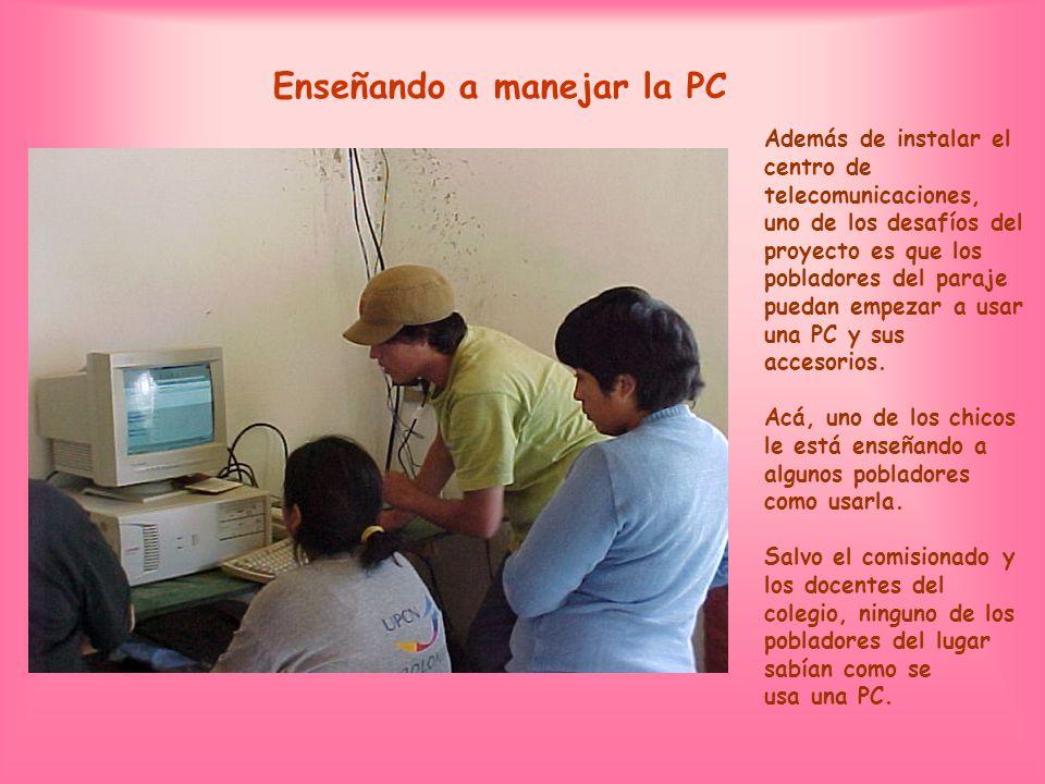 Enseñando a manejar la PC Además de instalar el centro de telecomunicaciones, uno de los desafíos del proyecto es que los pobladores del paraje puedan empezar a usar una PC y sus accesorios.