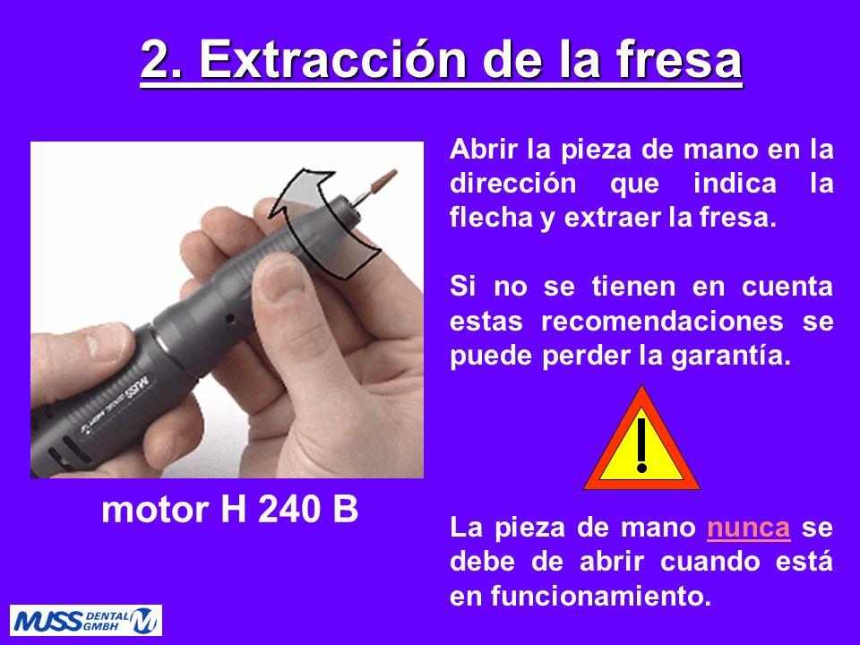 Detener el eje con una fresa, desatornillar la pinza de sujeción como indica la flecha, con la llave MU 0222.