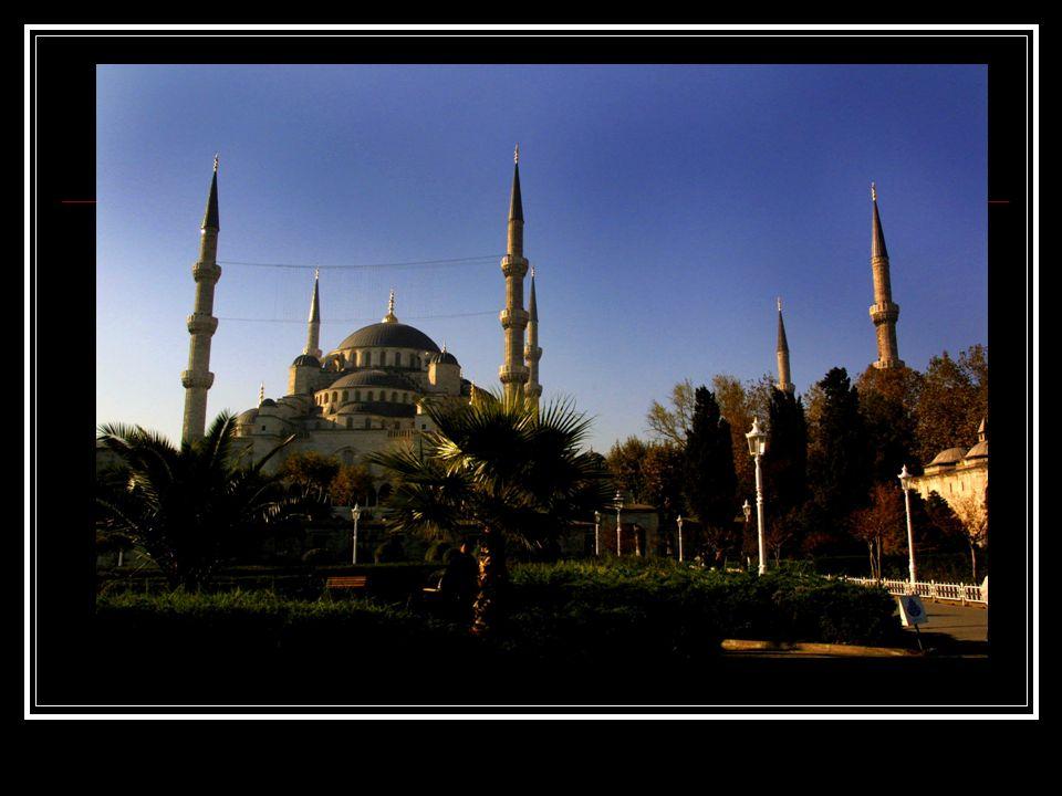 República de Turquía –T ü rkiye Cumhuriyeti Población: 67,803,927- Censo 2000 Población Urbana: 44,006,274 (64,9% de total) Población Rural: 23,797,653 (35,1% de total) Idioma oficial: Turco Expectación de vida: Hombre-66, Mujer-71 (1995) Moneda: Nueva Lira Turca (YTL) 1 euro=1.8 YTL (Enero ´05 info-euro) Industrias: Textiles, transformación de los alimentos, automóviles, minando (carbón, chromites, cobre, boro), acero, petróleo, construcción, madera de construcción, papel.
