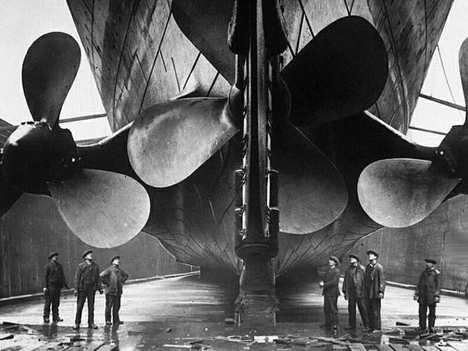Tiene 3 hélices: la central de 4 palas con un diámetro de 5 metros, es accionada por una turbina Parsons.