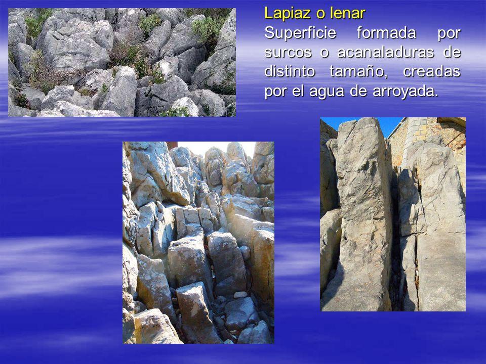 Lapiaz o lenar Superficie formada por surcos o acanaladuras de distinto tamaño, creadas por el agua de arroyada.