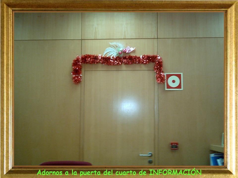 Adornos a la puerta del cuarto de INFORMACIÓN