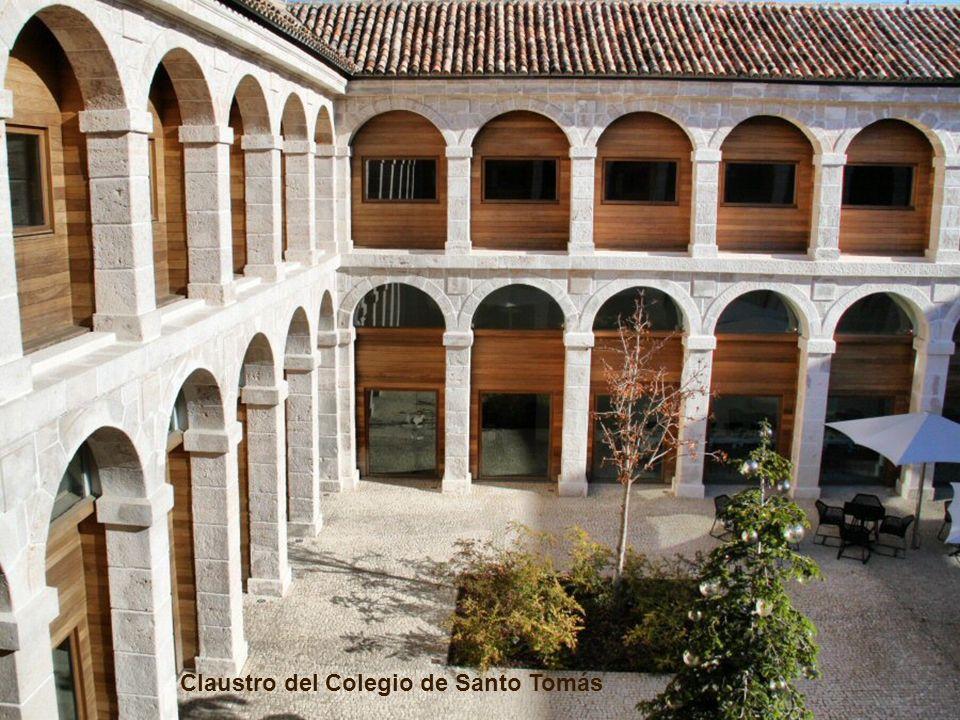 Ocupa un magnífico edificio del siglo XVII, antiguo colegio-convento de dominicos de Santo Tomás que, junto a las Hostería del Estudiante, situada en