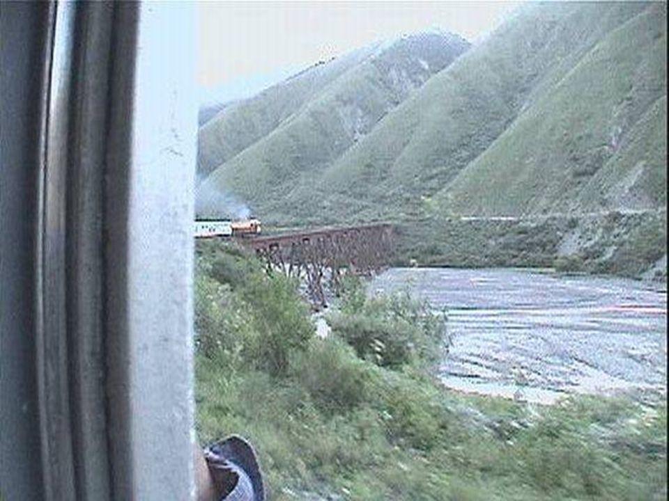 Diez vagones calefacionados y una locomotora con un servicio de primera conducen a un pasaje que llega a las 512 personas.