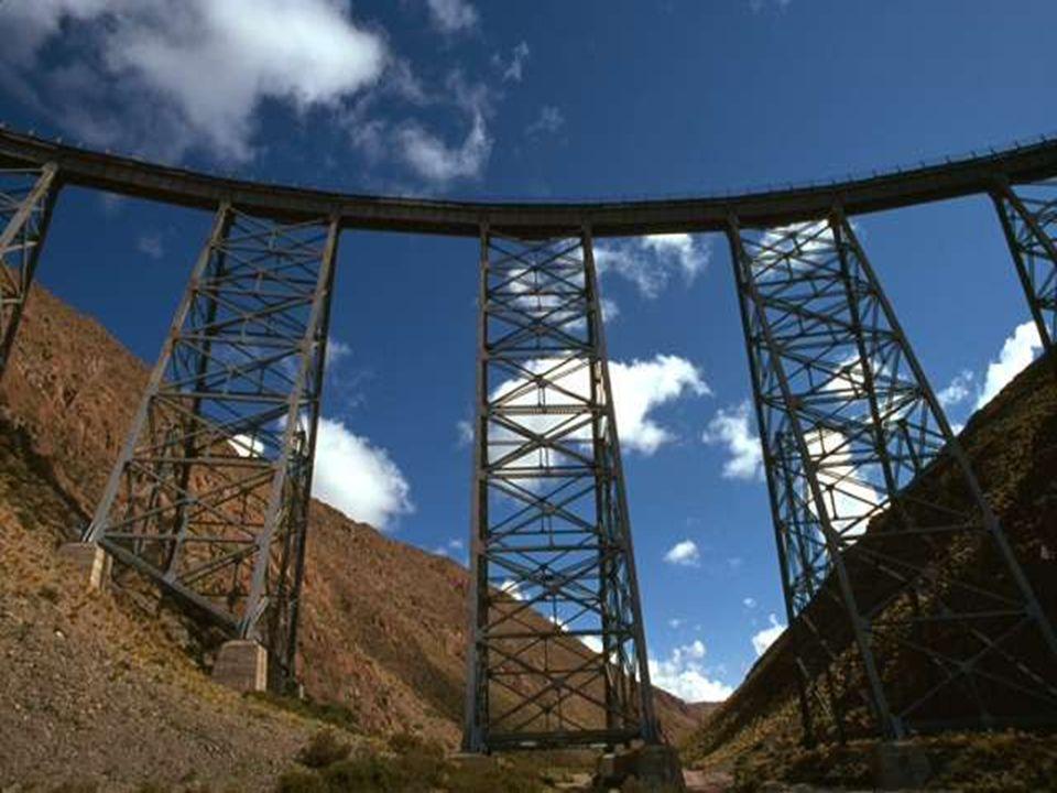 Ya estamos en el punto más alto del trayecto: EL VIADUCTO LA POLVARILLA, puente ferroviario de 224 metros de longitud, de trazado curvo y a 4.220 metros de altura sobre nivel del mar.