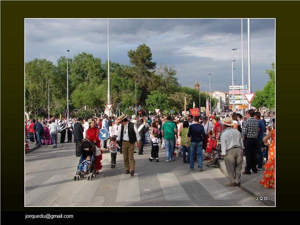 En las inmediaciones del Puente, pronto se va congregando una gran multitud.