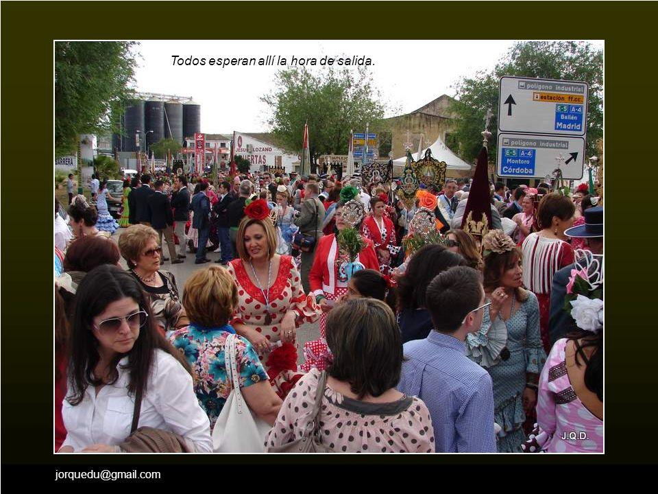 Lo hacen a pié o a lomos de mulos, cada uno luciendo su traje regional. Este grupo de cofrades viene de Murcia.