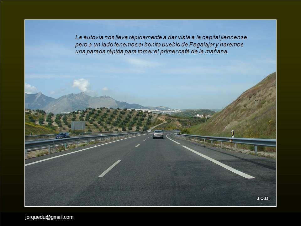 Las cofradías que tienen casa en Andújar, se van reuniendo en ellas para salir juntos hacia el Puente.