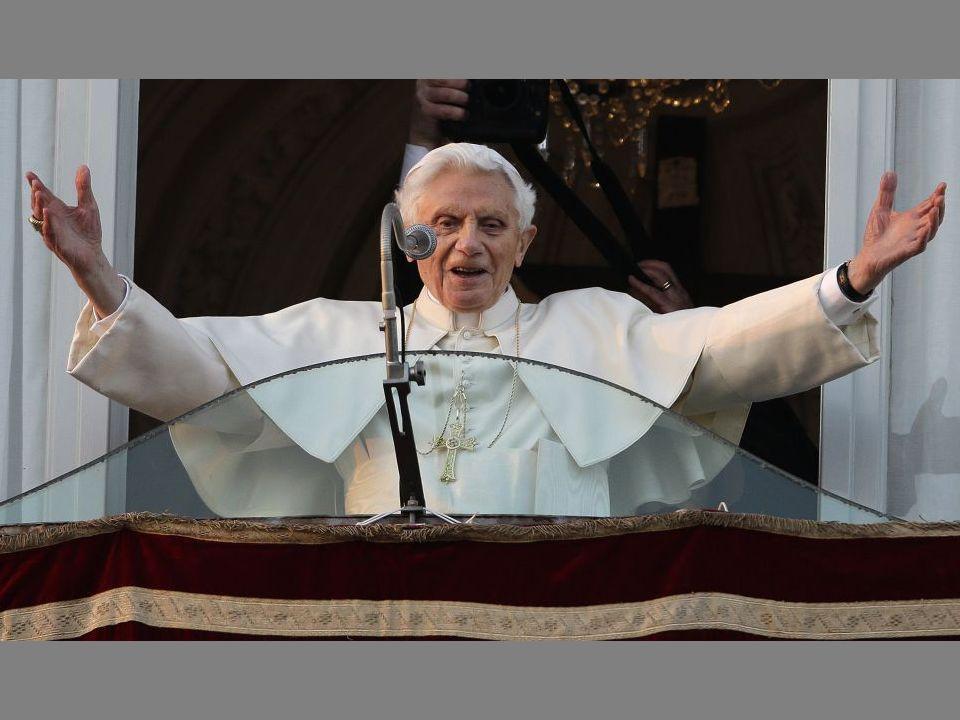 !7:30 h. El Papa Benedicto XVI saluda a los fieles que se han reunido en la plaza de Castel Gandolfo para escuchar sus últimas palabras, que apenas ha