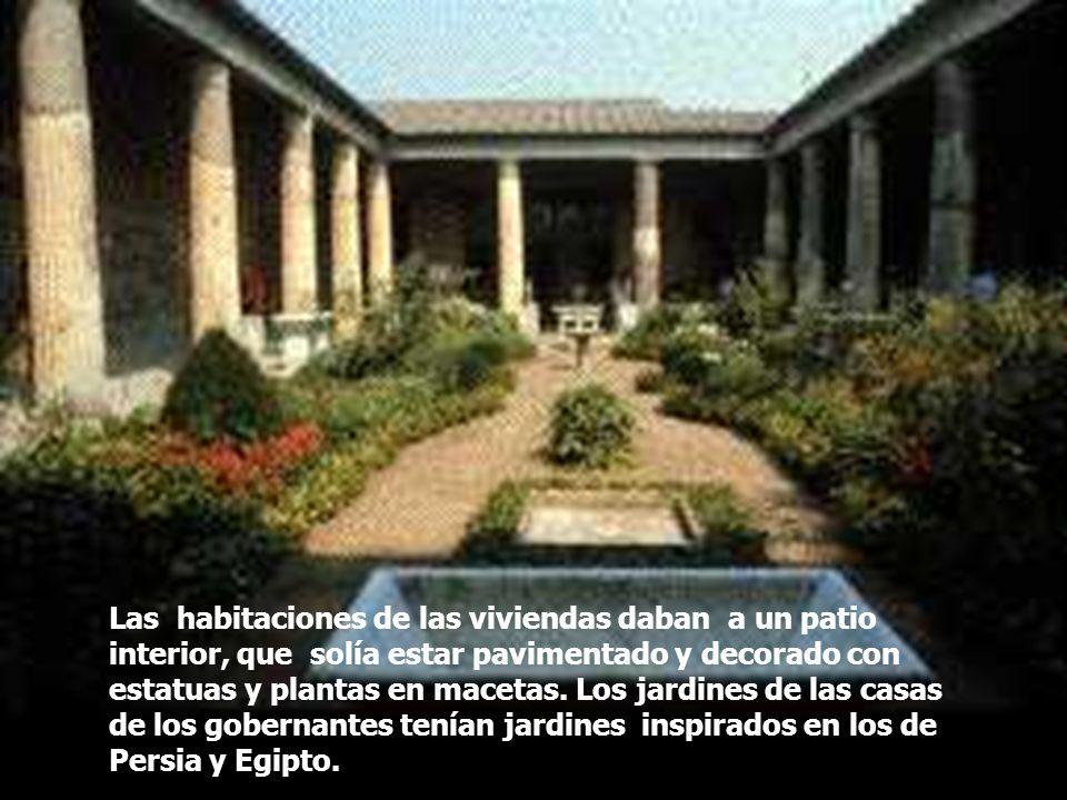Las habitaciones de las viviendas daban a un patio interior, que solía estar pavimentado y decorado con estatuas y plantas en macetas. Los jardines de