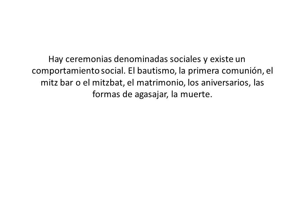 Hay ceremonias denominadas sociales y existe un comportamiento social.