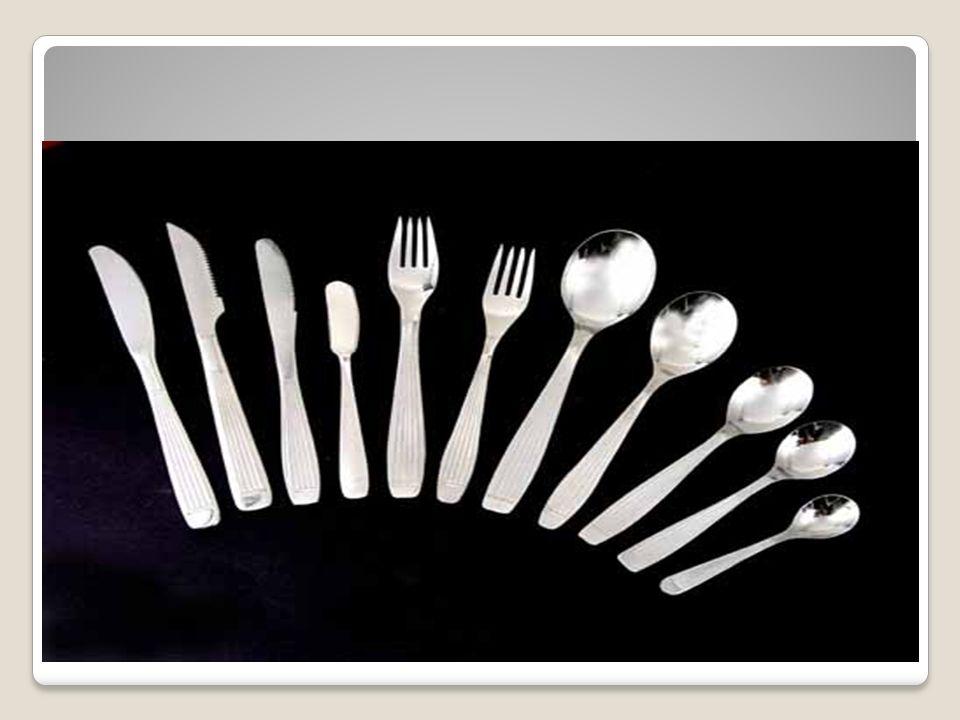 Los cubiertos en la mesa se colocan de manera que las personas tengan que tomarlos de afuera hacia adentro, es decir, los primeros que se utilizan de acuerdo al orden en que se sirven los platos son los de afuera.