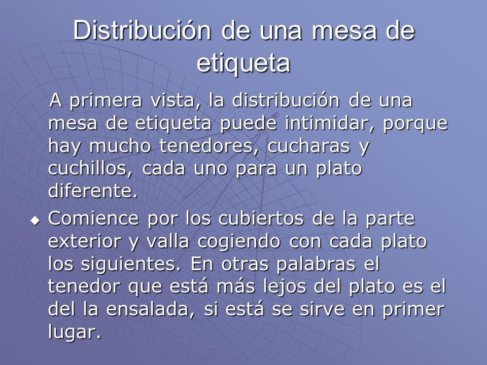 Distribución de una mesa de etiqueta A primera vista, la distribución de una mesa de etiqueta puede intimidar, porque hay mucho tenedores, cucharas y