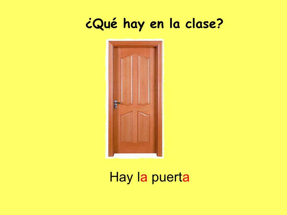 Hay la puerta ¿Qué hay en la clase?