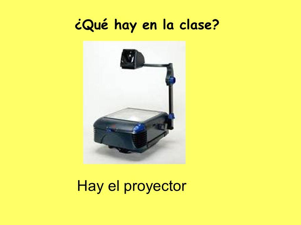 Hay el proyector ¿Qué hay en la clase?