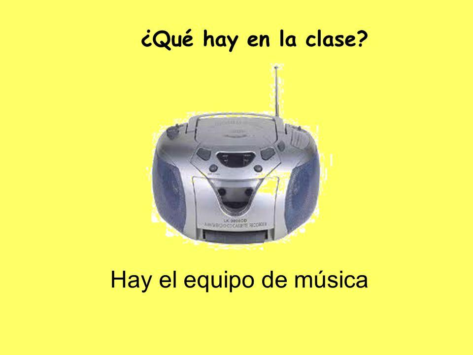 Hay el equipo de música ¿Qué hay en la clase?