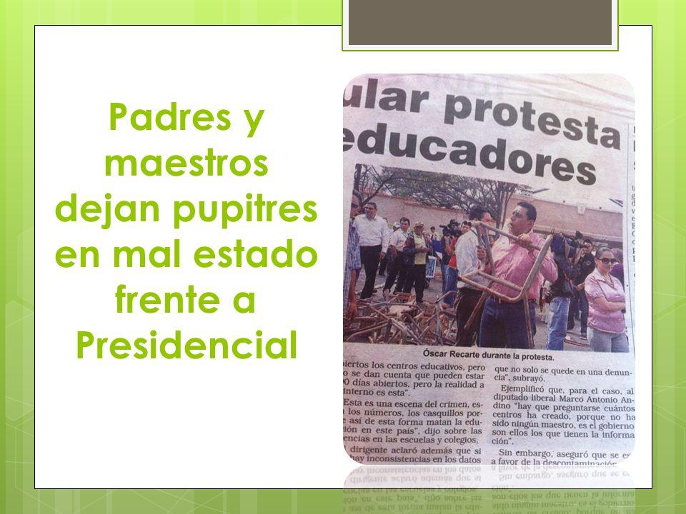 Padres y maestros dejan pupitres en mal estado frente a Presidencial