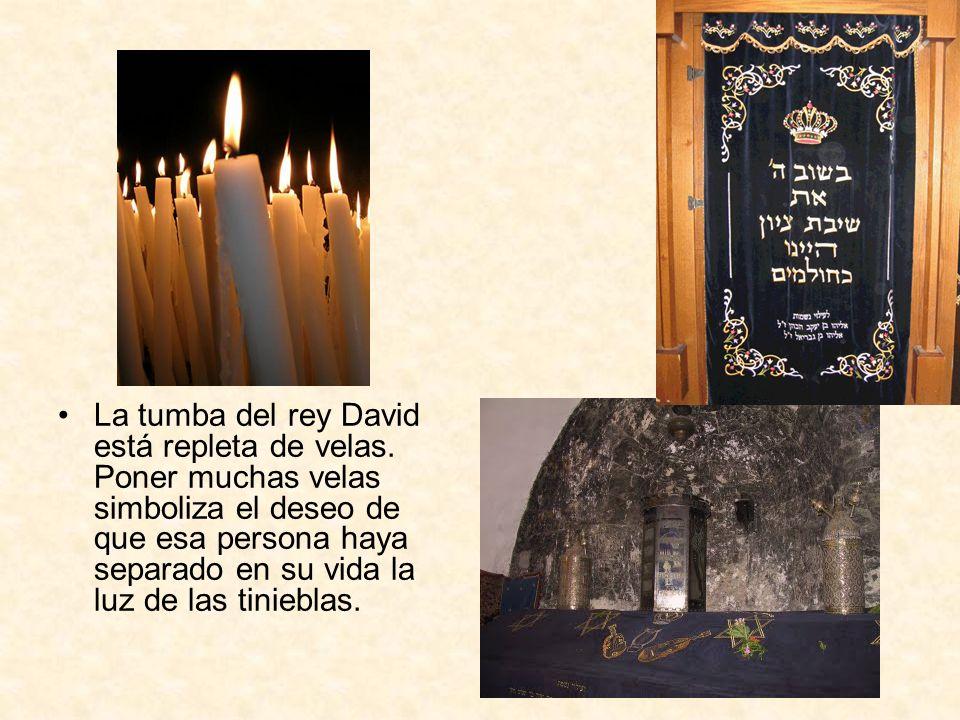 La tumba del rey David está repleta de velas. Poner muchas velas simboliza el deseo de que esa persona haya separado en su vida la luz de las tiniebla
