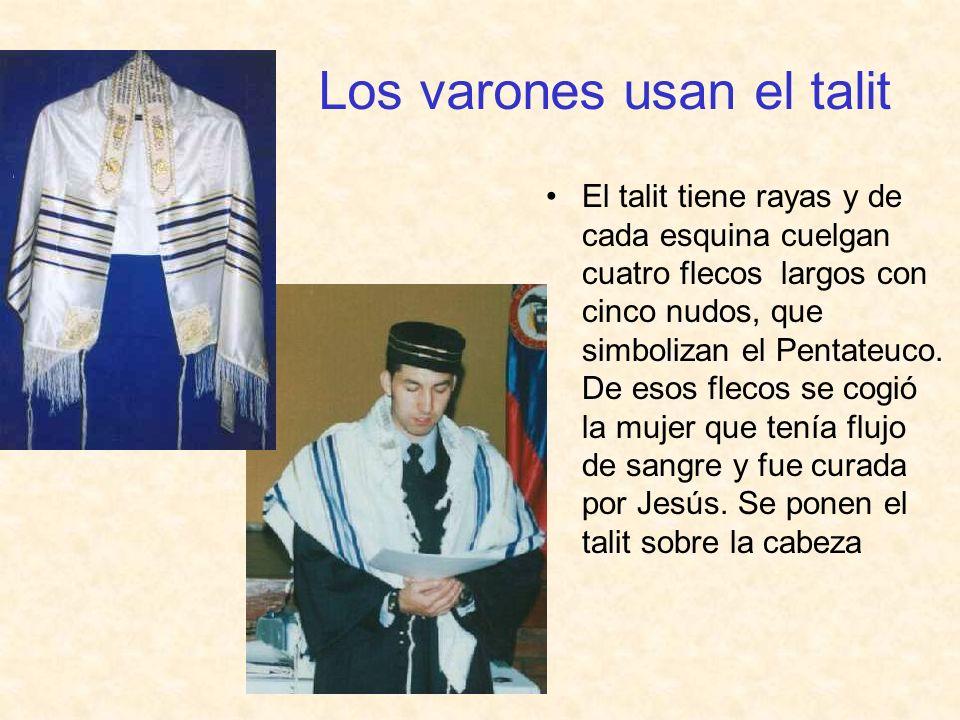 Los varones usan el talit El talit tiene rayas y de cada esquina cuelgan cuatro flecos largos con cinco nudos, que simbolizan el Pentateuco. De esos f