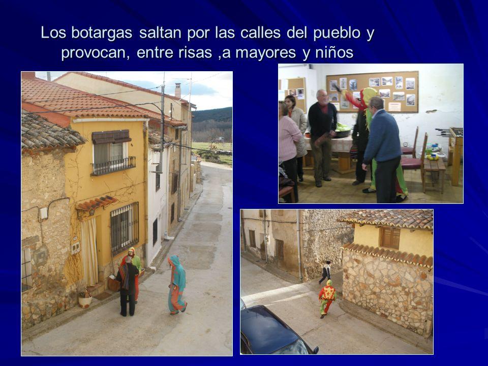 Los botargas saltan por las calles del pueblo y provocan, entre risas,a mayores y niños