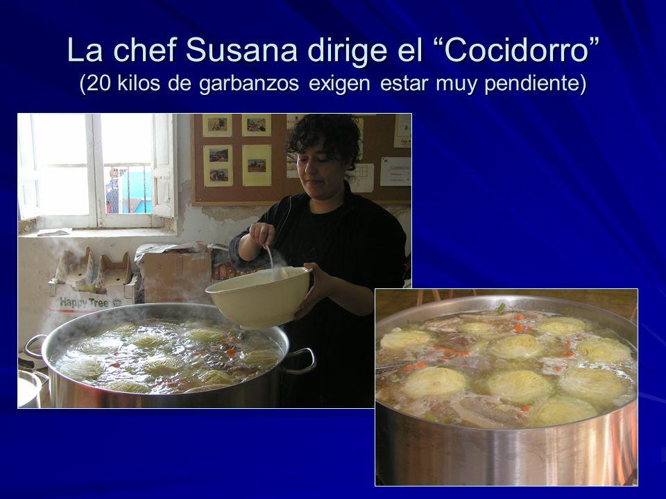 La chef Susana dirige el Cocidorro (20 kilos de garbanzos exigen estar muy pendiente)