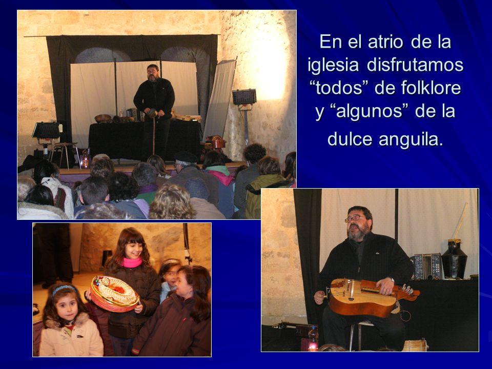 En el atrio de la iglesia disfrutamos todos de folklore y algunos de la dulce anguila.