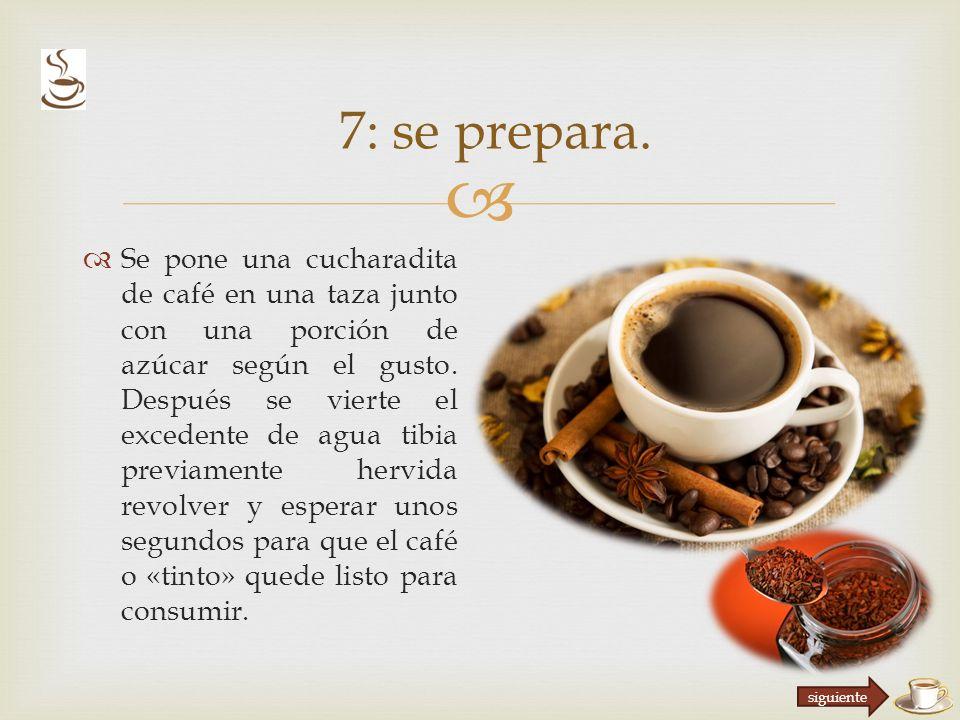 Se pone una cucharadita de café en una taza junto con una porción de azúcar según el gusto.