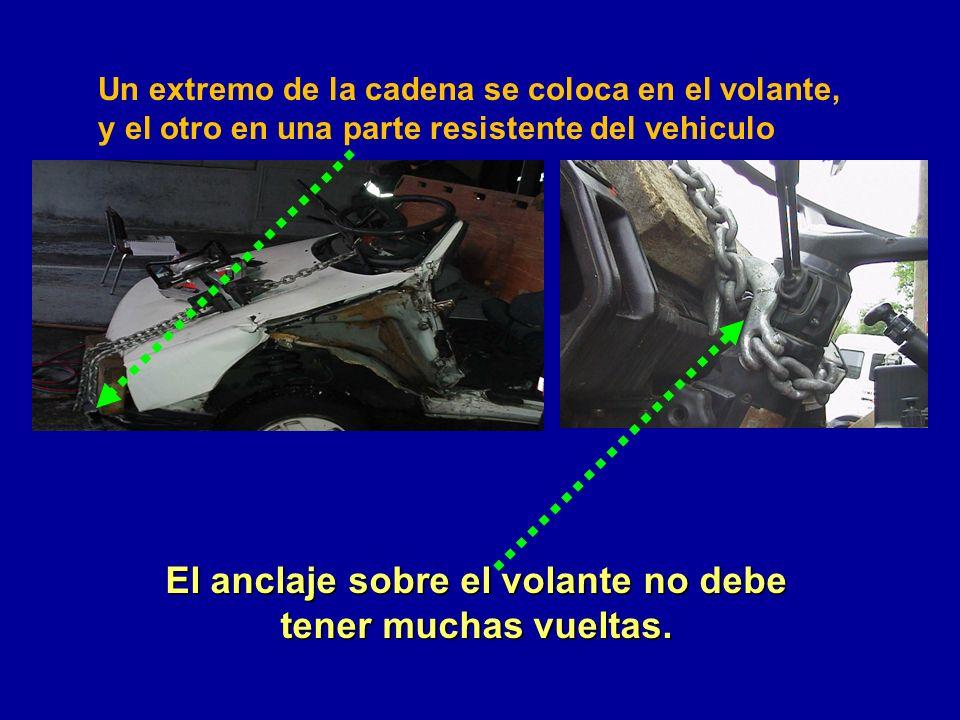 El anclaje sobre el volante no debe tener muchas vueltas. Un extremo de la cadena se coloca en el volante, y el otro en una parte resistente del vehic