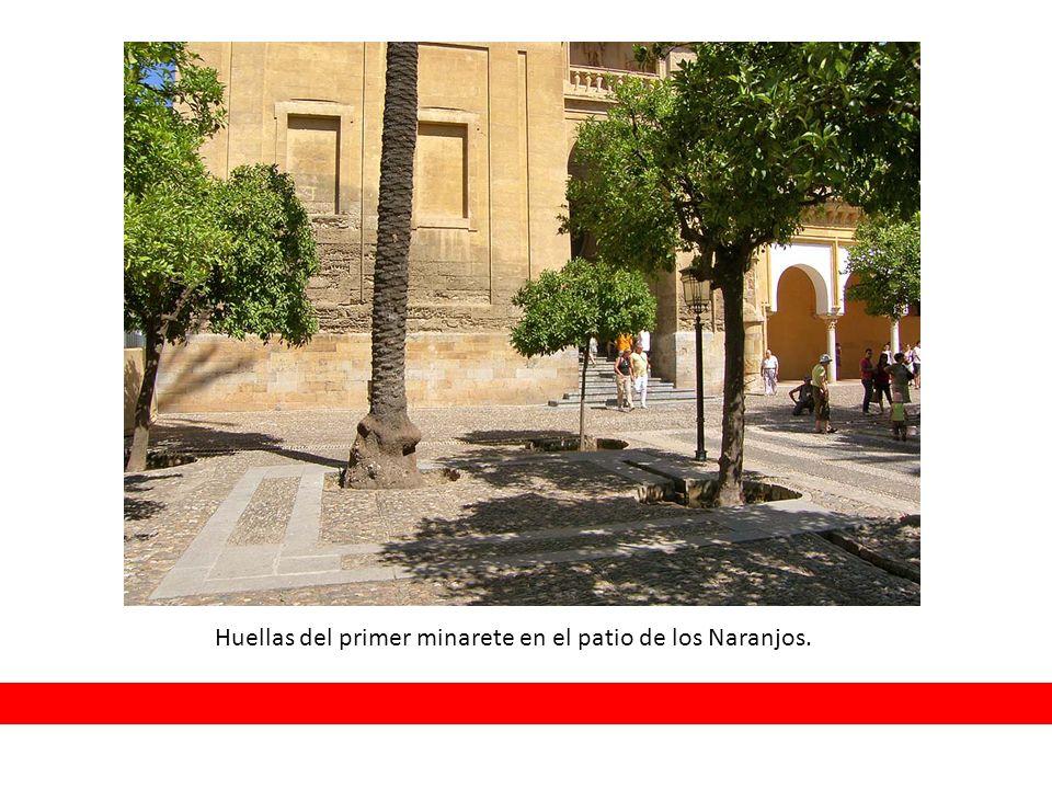 Huellas del primer minarete en el patio de los Naranjos.