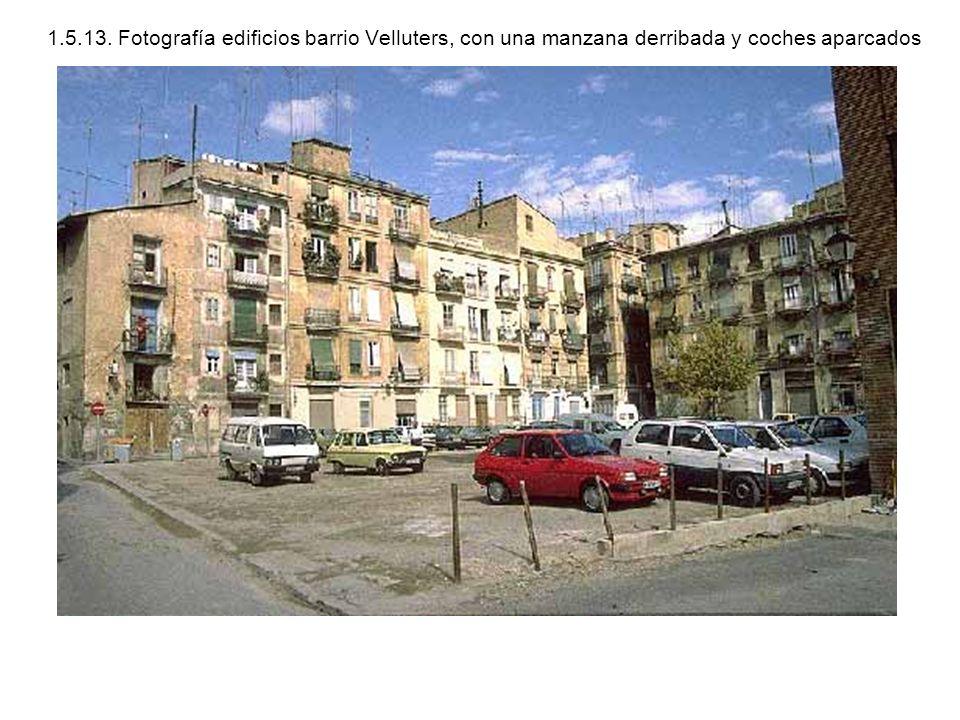 1.5.13. Fotografía edificios barrio Velluters, con una manzana derribada y coches aparcados