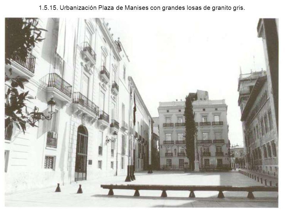 1.5.15. Urbanización Plaza de Manises con grandes losas de granito gris.