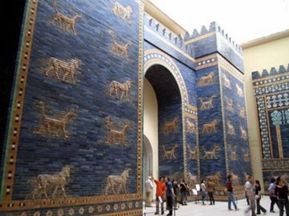 Entrando por la puerta de Istar de Babilonia, se encuentra la calzada de los leones [Museo de Pérgamo de Berlín]