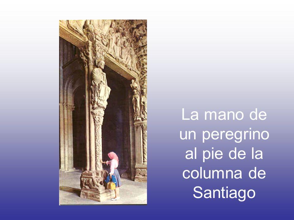La mano de un peregrino al pie de la columna de Santiago