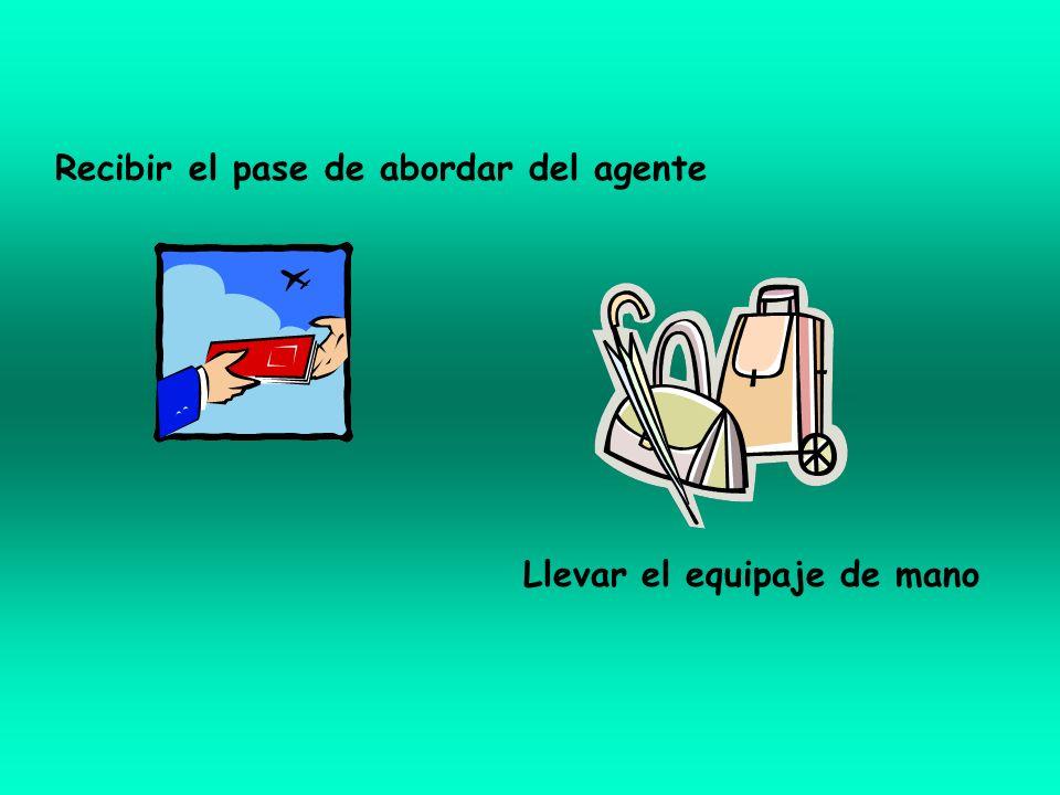 Recibir el pase de abordar del agente Llevar el equipaje de mano