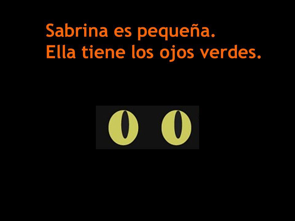 Sabrina es pequeña. Ella tiene los ojos verdes.