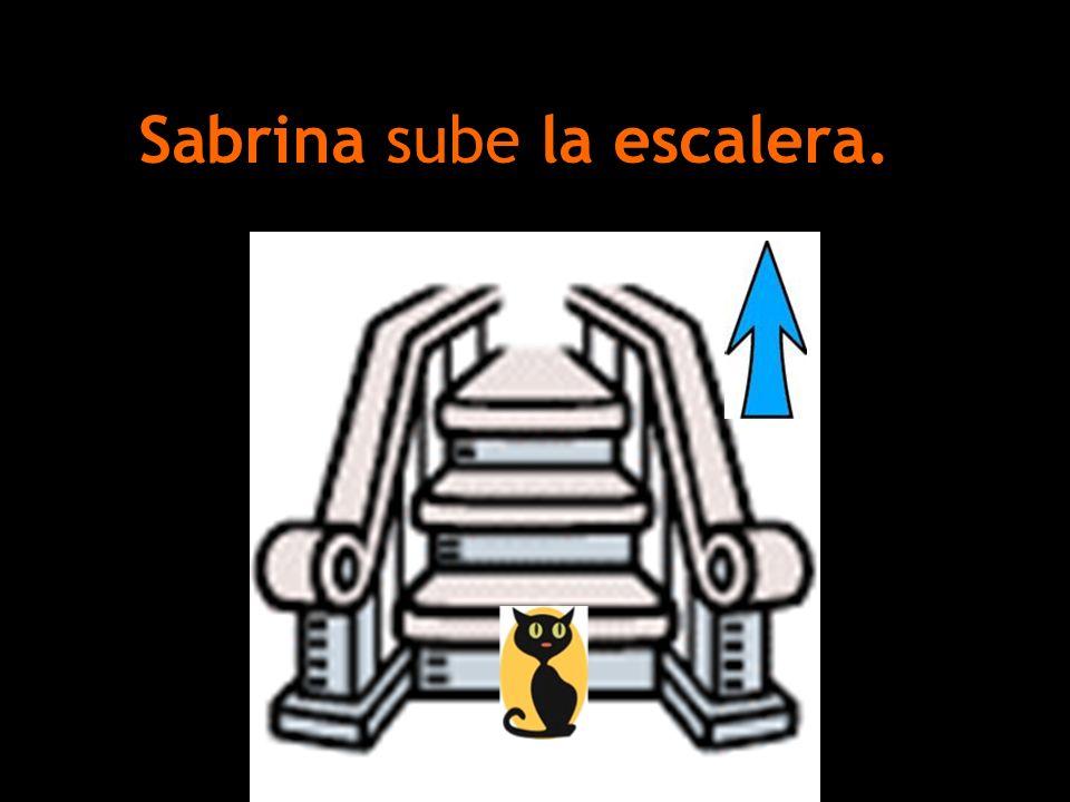 Sabrina sube la escalera.