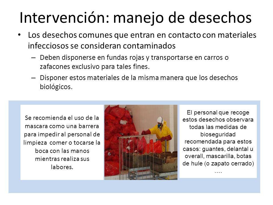 Intervención: manejo de desechos Los desechos comunes que entran en contacto con materiales infecciosos se consideran contaminados – Deben disponerse en fundas rojas y transportarse en carros o zafacones exclusivo para tales fines.