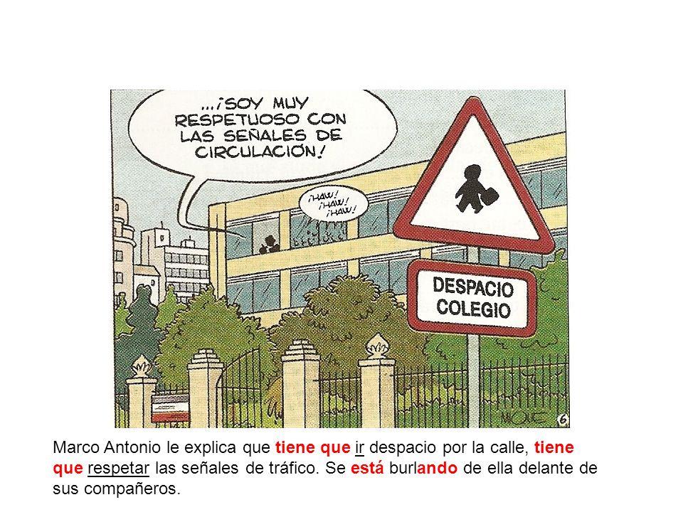 Marco Antonio le explica que tiene que ir despacio por la calle, tiene que respetar las señales de tráfico. Se está burlando de ella delante de sus co