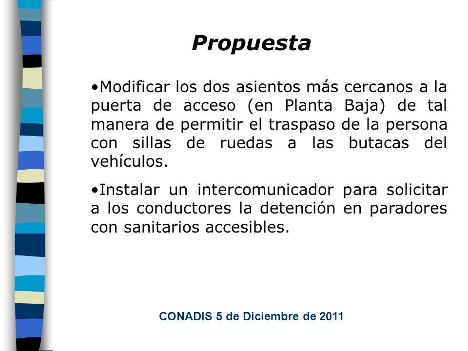 Propuesta Modificar los dos asientos más cercanos a la puerta de acceso (en Planta Baja) de tal manera de permitir el traspaso de la persona con sillas de ruedas a las butacas del vehículos.