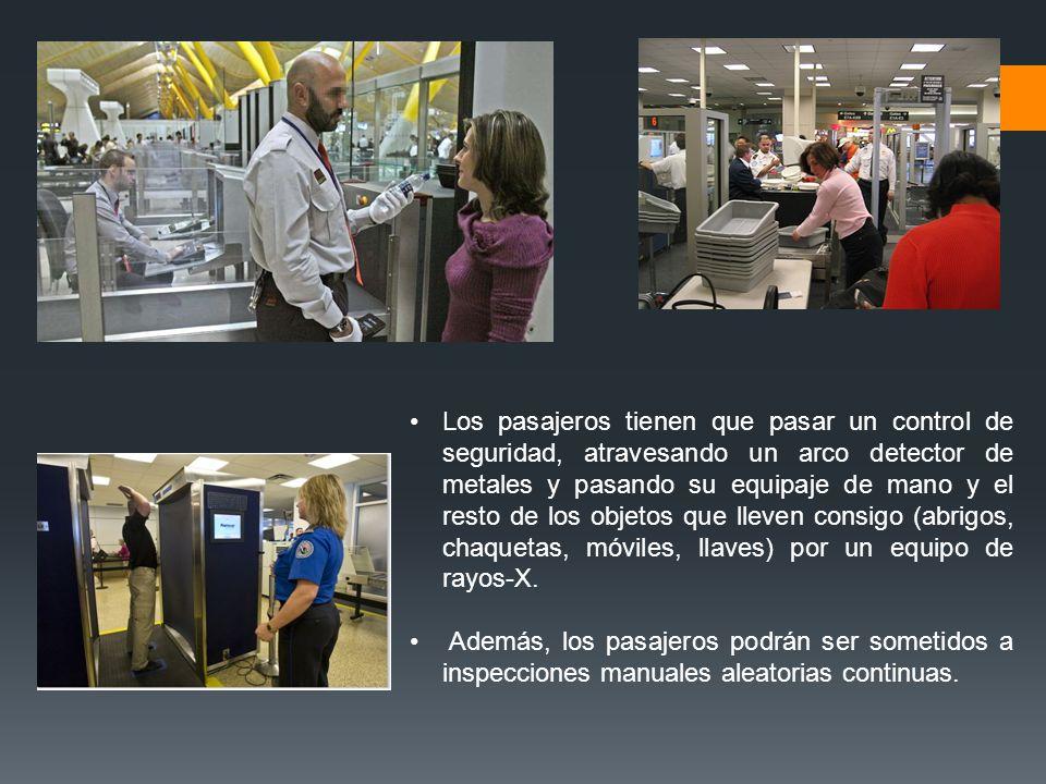 Los pasajeros tienen que pasar un control de seguridad, atravesando un arco detector de metales y pasando su equipaje de mano y el resto de los objeto