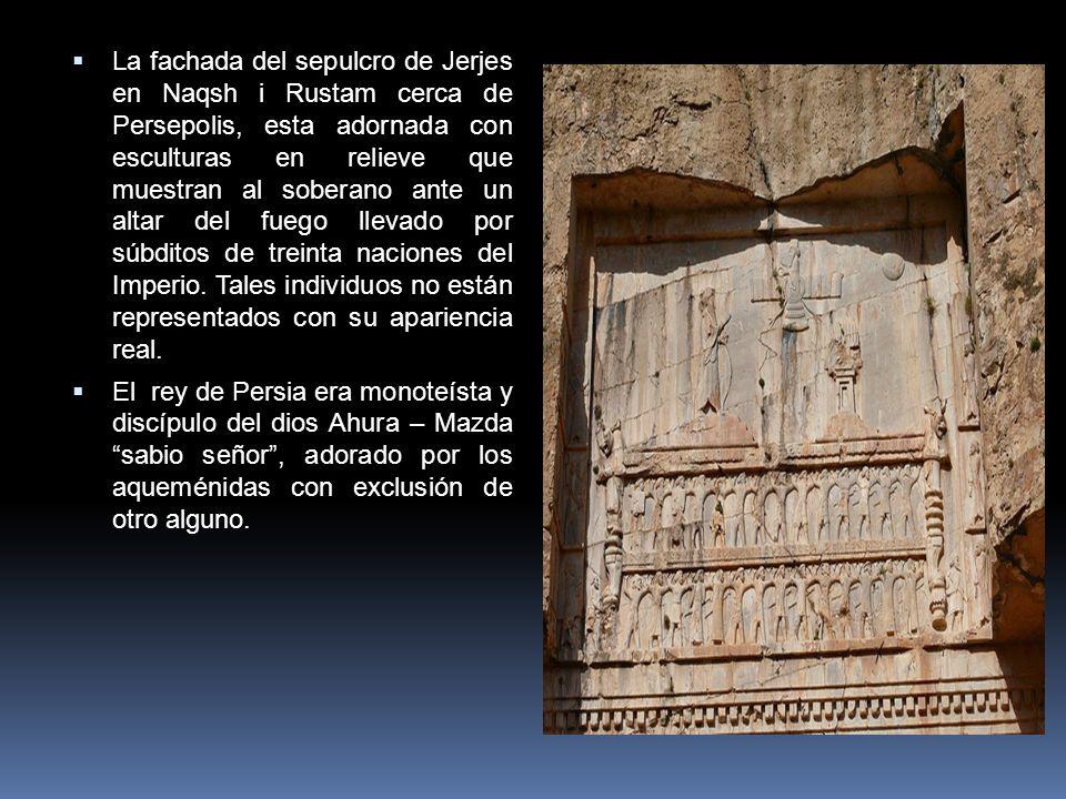 La fachada del sepulcro de Jerjes en Naqsh i Rustam cerca de Persepolis, esta adornada con esculturas en relieve que muestran al soberano ante un alta