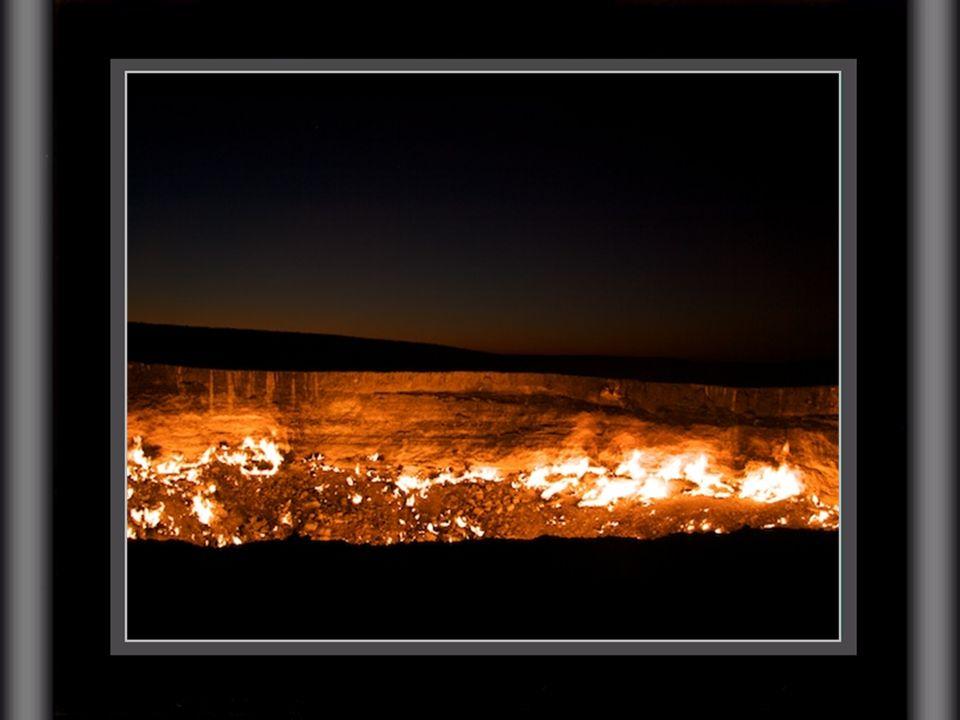 Por las noches, el espectáculo del ardiente pozo de Darvaza es literalmente dantesco: